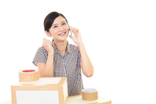 引越し業者に依頼する女性