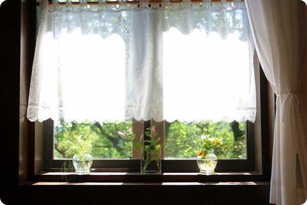 光の差し込む窓
