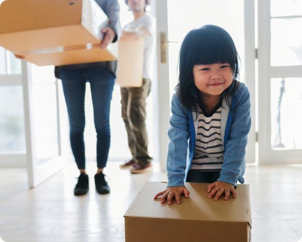 不用品を運ぶ子供